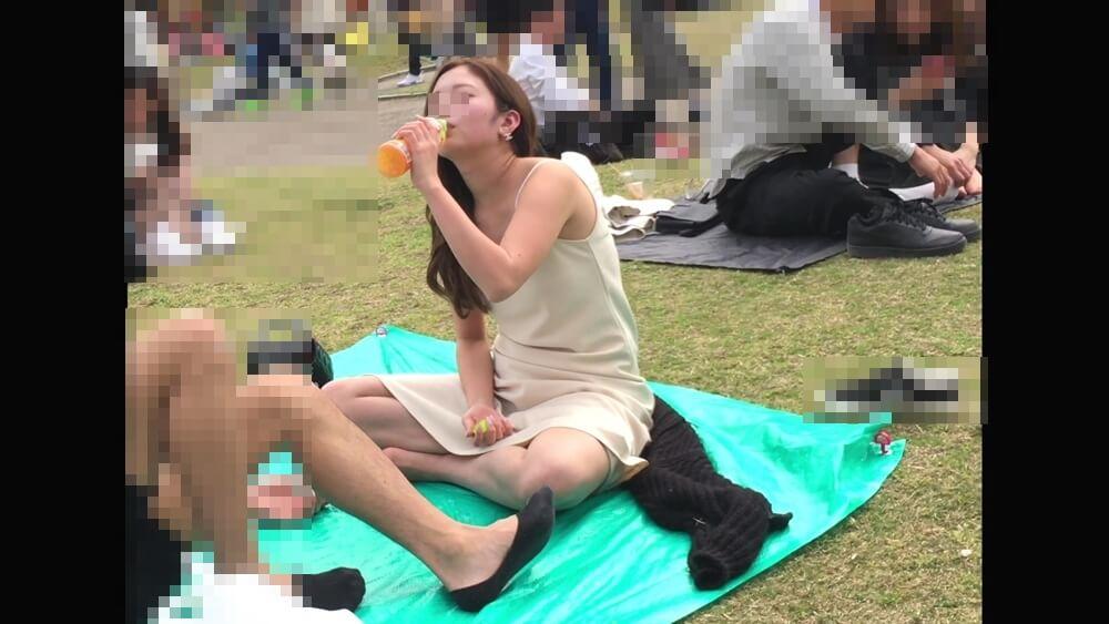 ジュースの飲み方もセクシーな女性の画像