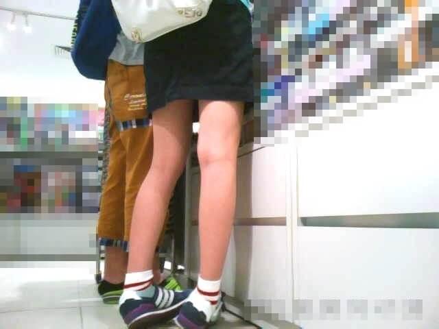 逆さ撮りされる女の子の脚を映した画像