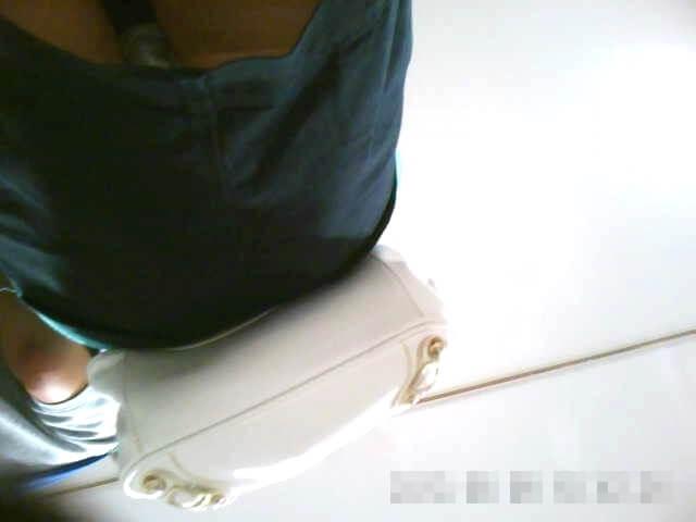 女の子のスカートを下アングルから映した画像