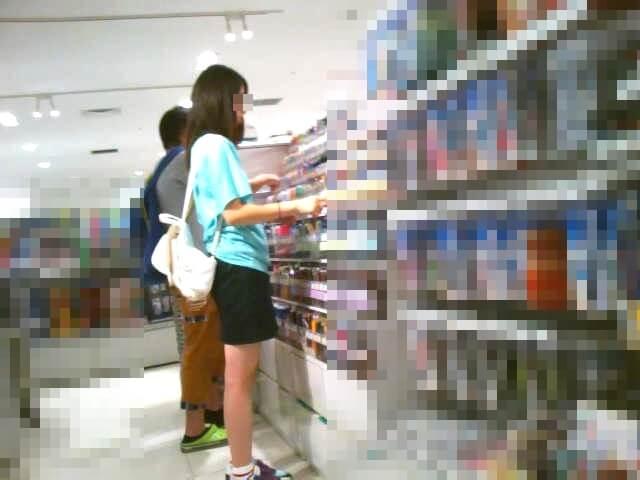 逆さ撮りされた女の子の横顔を映した画像