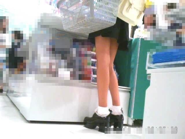 女の子の細い脚を下から映した画像
