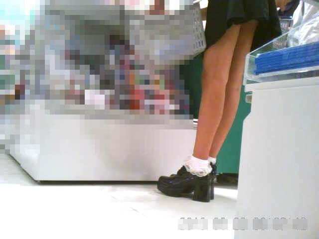 脚の綺麗な女の子の前かがみ状態を映した画像