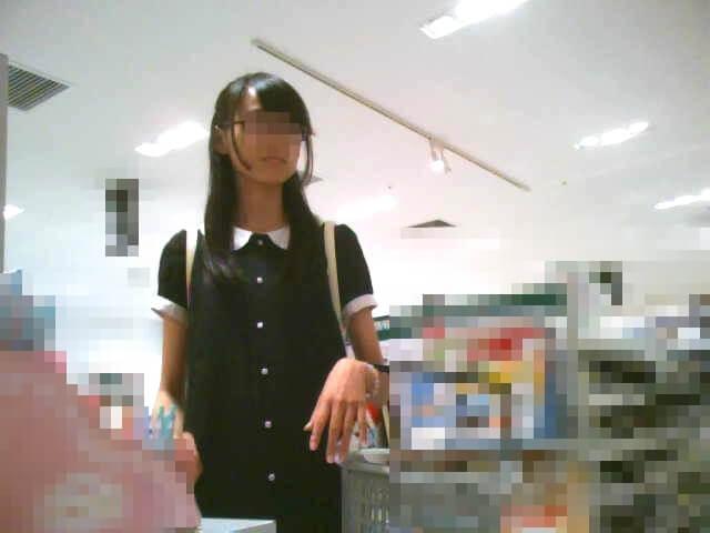 脚の綺麗な女の子の顔を映した画像