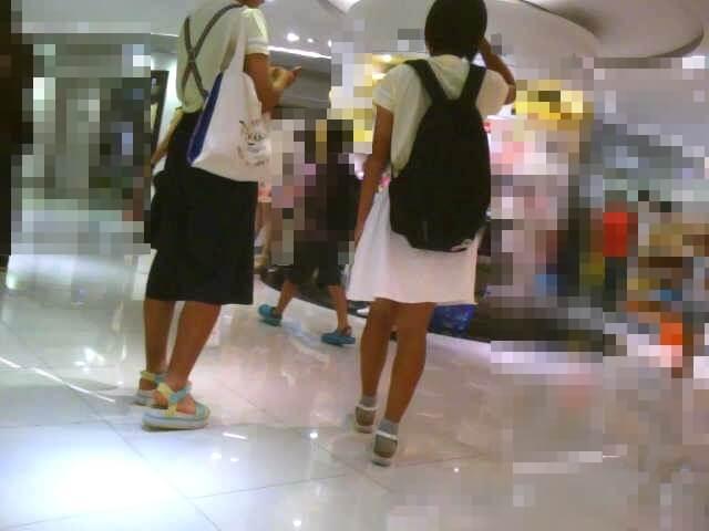 白いスカートの女の子の後ろ姿を映した画像