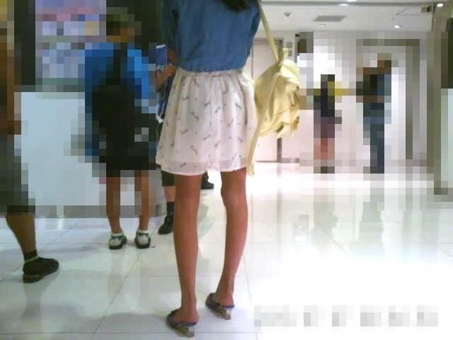 スタイルのいい女の子の後ろ姿を映した画像