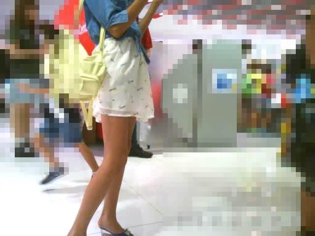 スタイルのいい女の子の脚を映した画像