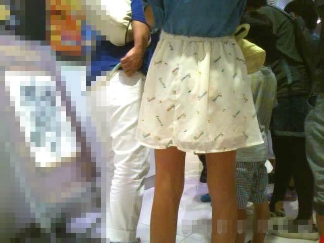 スカートからパンツが透けてる画像