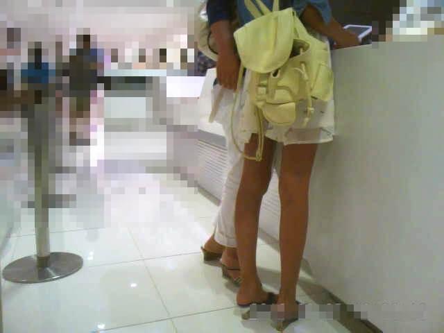 スタイルのいい女の子の下半身を映した画像
