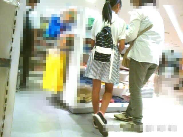 脚が細くてスタイルのいい女の子の姿を後ろから映した画像
