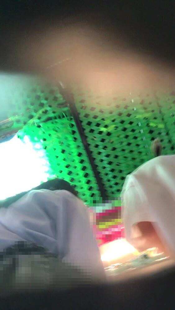 彼氏とクレーンゲームをしてるJKの姿を映した画像