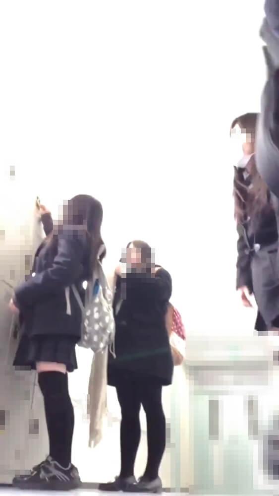 廊下でクラスメイトが映ってる画像