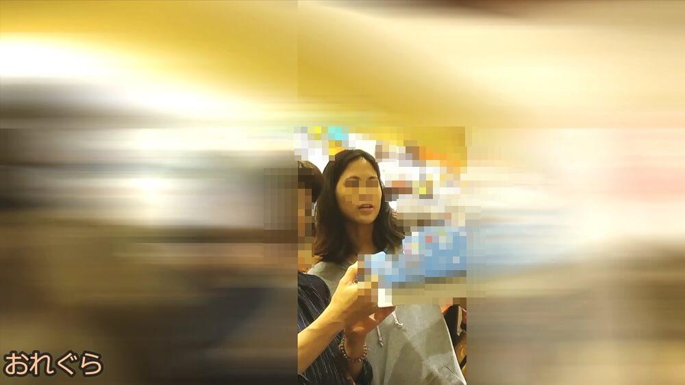 逆さ撮りターゲットの女性の顔を映した画像