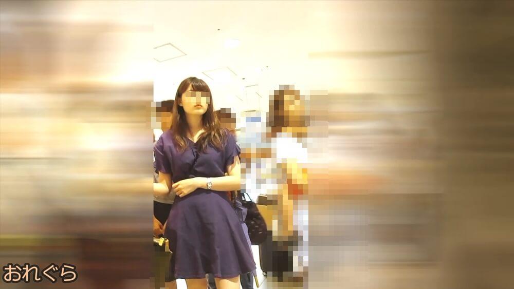 お母さんと腕組みし買い物中の女性の容姿を映した画像