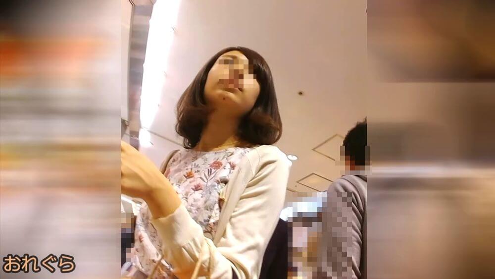 おれぐらさんに逆さ撮りされる女性の顔を映した画像