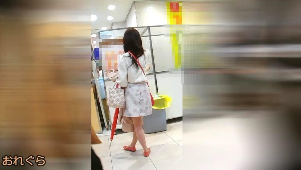 おれぐらさんに逆さ撮りされる女性の後ろ姿を映した画像