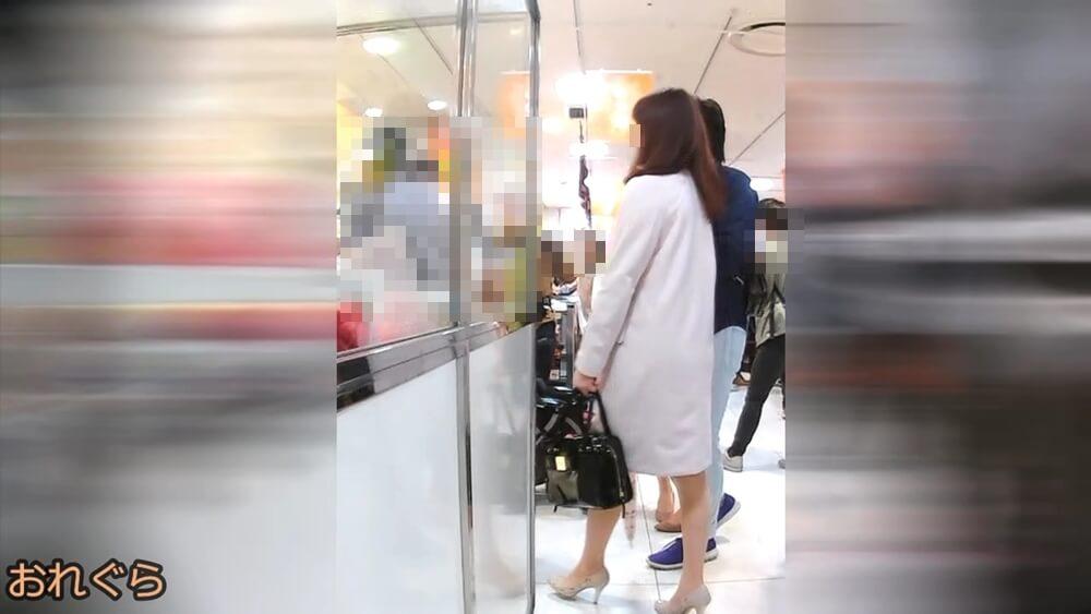 コートからナチュスト脚が出てる女性の姿を映した画像