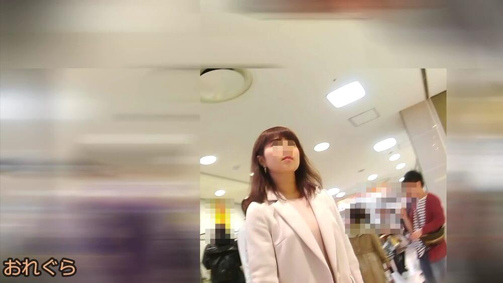 鼻が高い女性の顔を映した画像