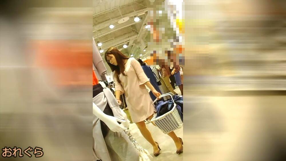 おれぐらさんが逆さ撮りを狙う女性の姿を映した画像