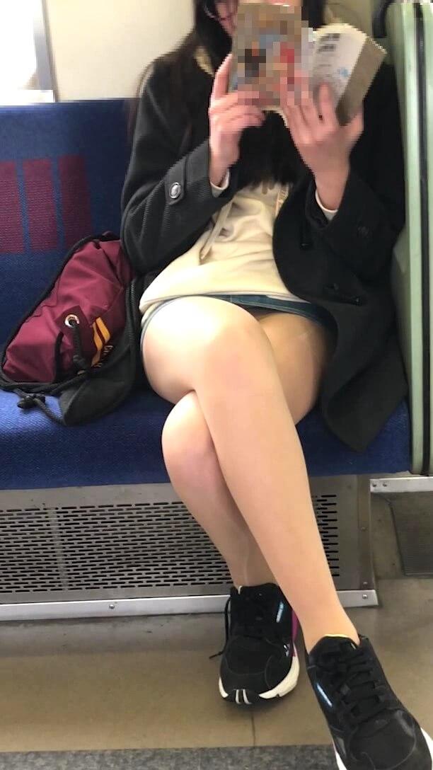 ナチュスト脚がエロい女の子の脚を映した画像