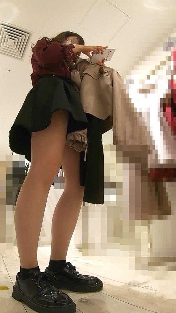 服を手に持って計算機で計算してくれている店員さんを映した画像