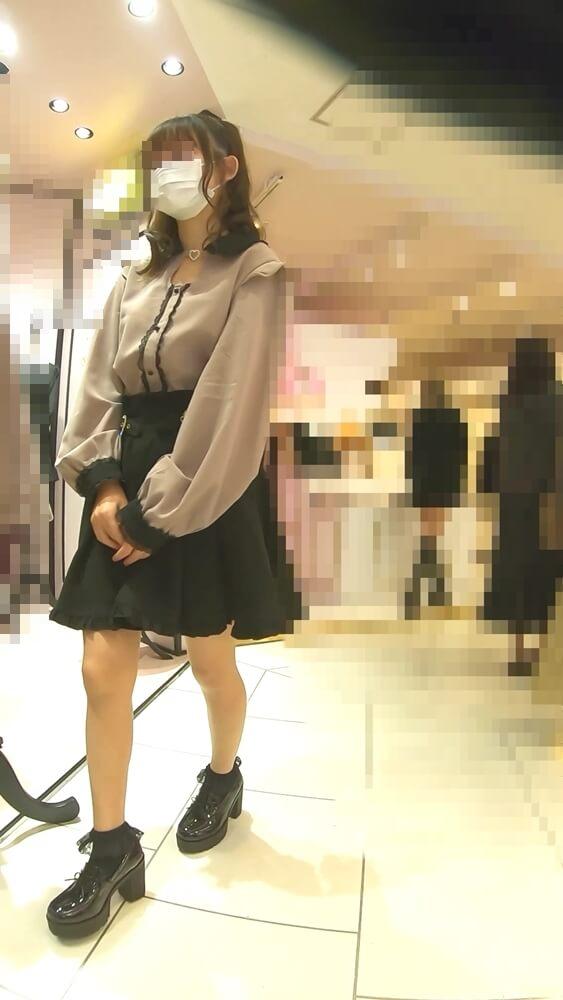 ままちゃりさんに逆さ撮りされる量産型女子アパレル店員の容姿を映した画像