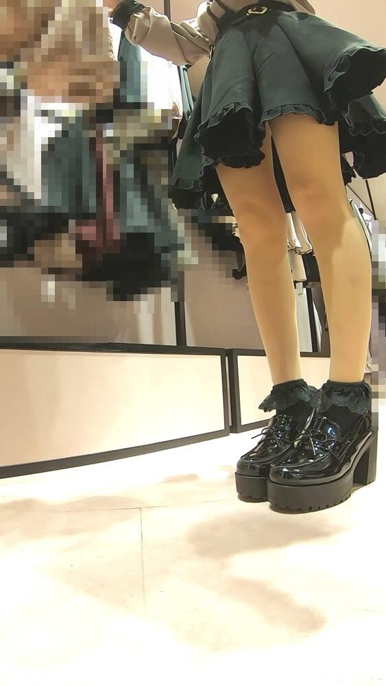 店員のナチュスト脚を映した画像