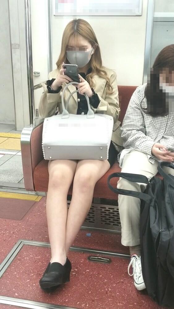 色白で艶めかしい脚を映した画像