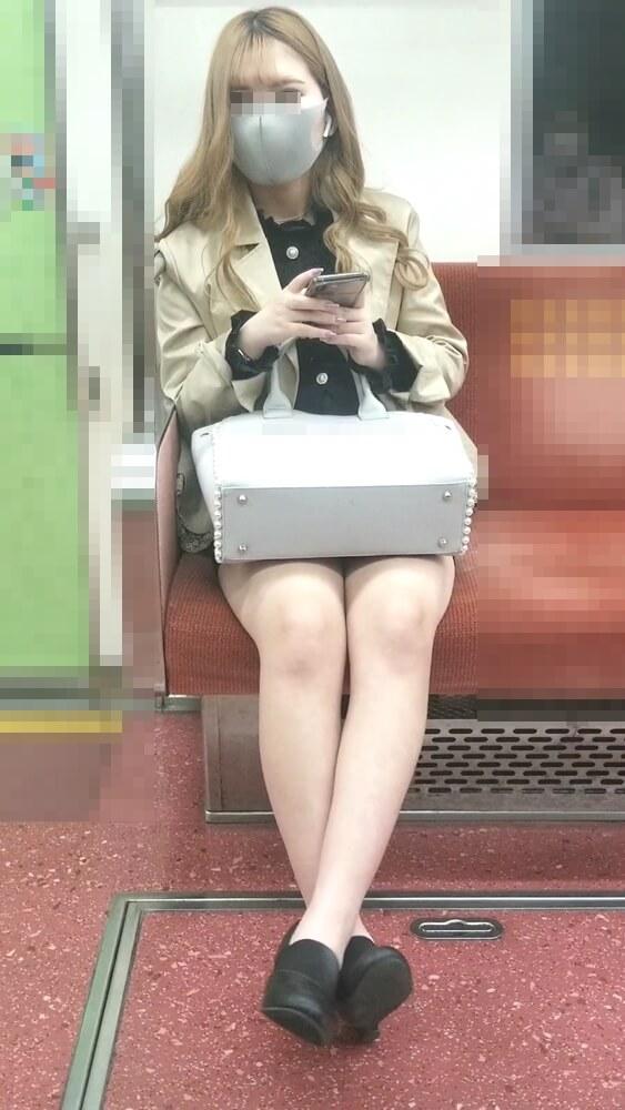 女性を正面から映した画像