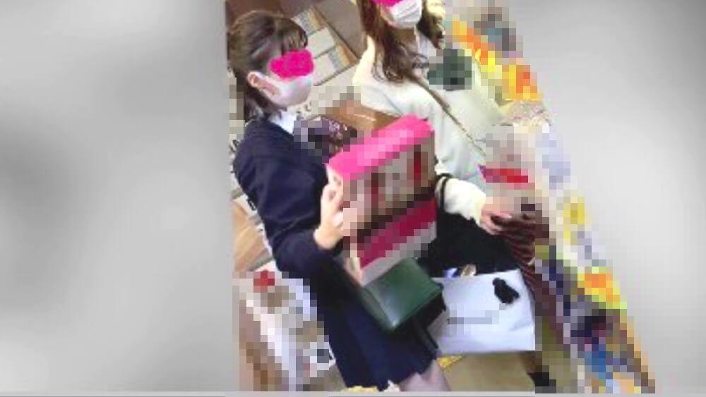 買い物中のJKの姿を映した画像