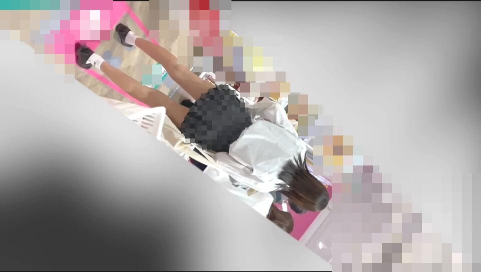 スラッとした細い脚のJKの姿を映した画像