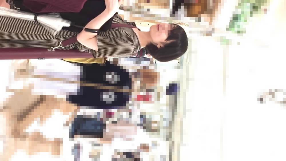 買い物中の女性の姿を映した画像
