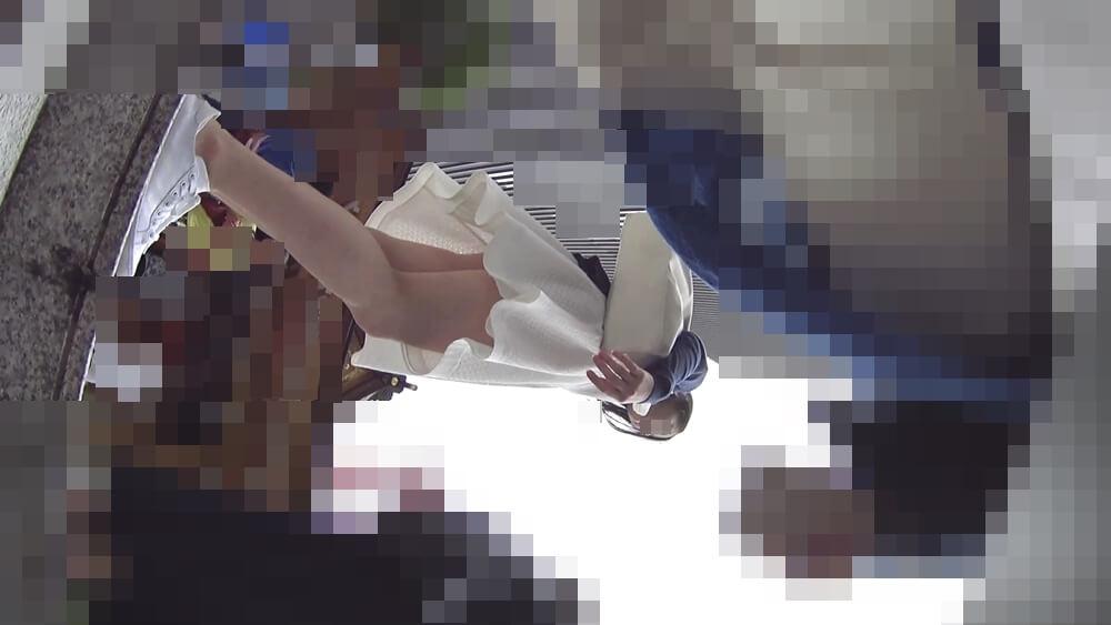 階段を登る美人を下アングルから映した画像