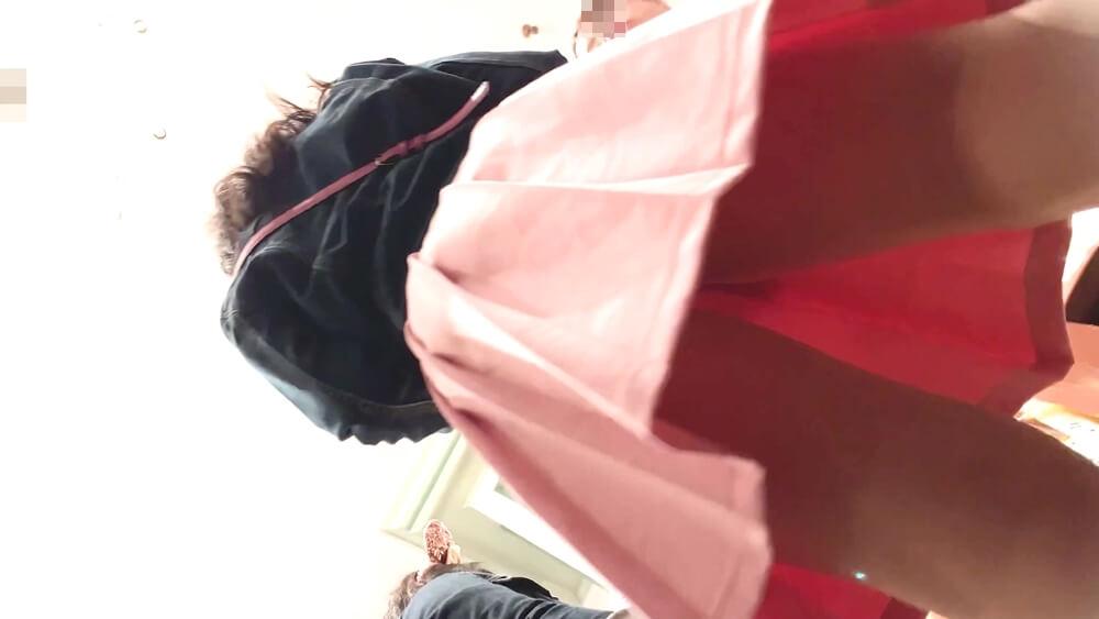 メインターゲットの女の子のスカートを下アングルから映した画像