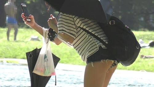 前かがみになった女の子のショートパンツからハミ出した生パンツを映した画像