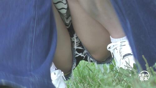 友達の足の間から女の子の股間を映した画像