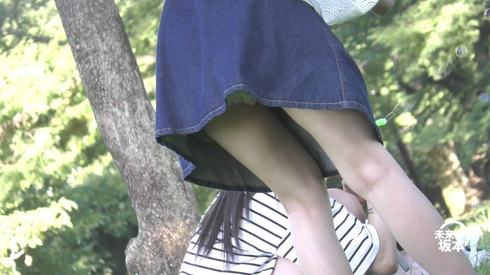 前かがみになった女の子のスカートからパニエパンツがチラリと見えた画像