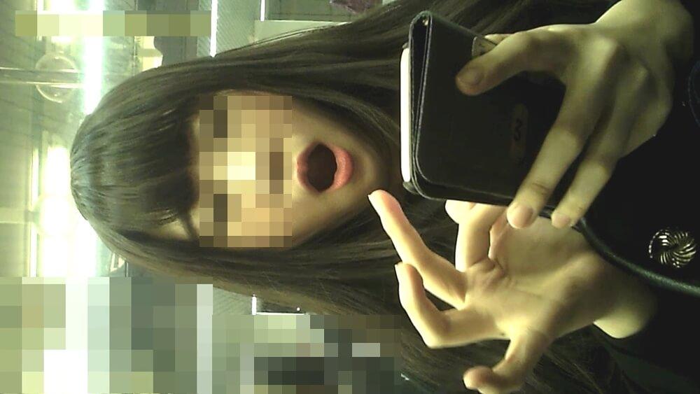 あくびをする女性を映した画像