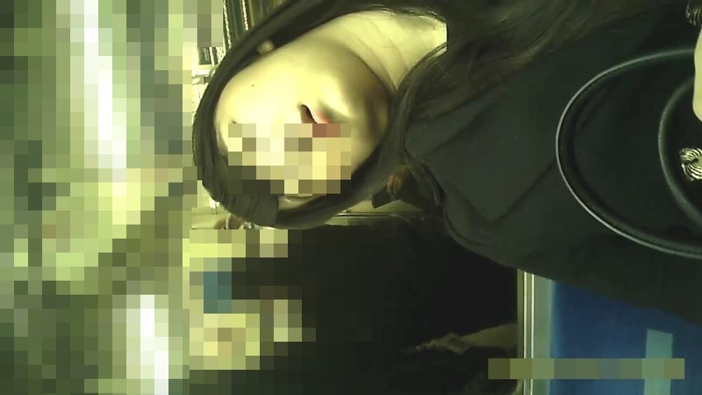 半目で寝てる女性の顔を映した画像