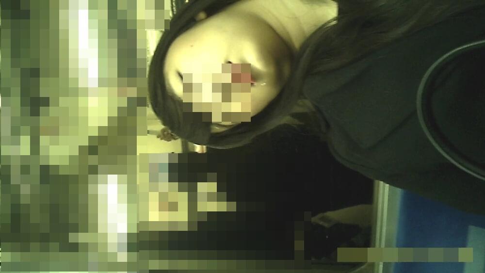よだれを垂らす女性の顔を映した画像