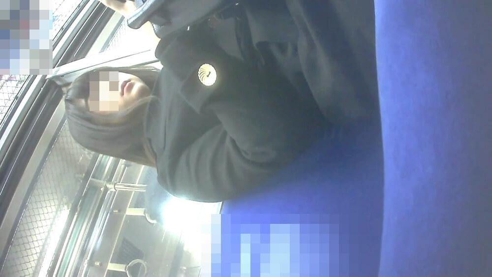 座ってる女性を下アングルから映した画像