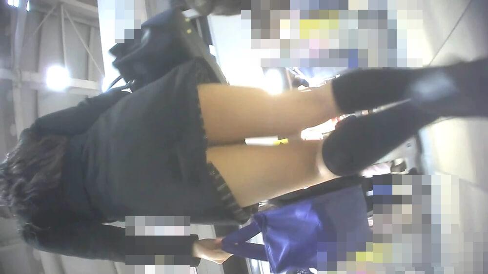 改札へと向かう女性の姿を映した画像