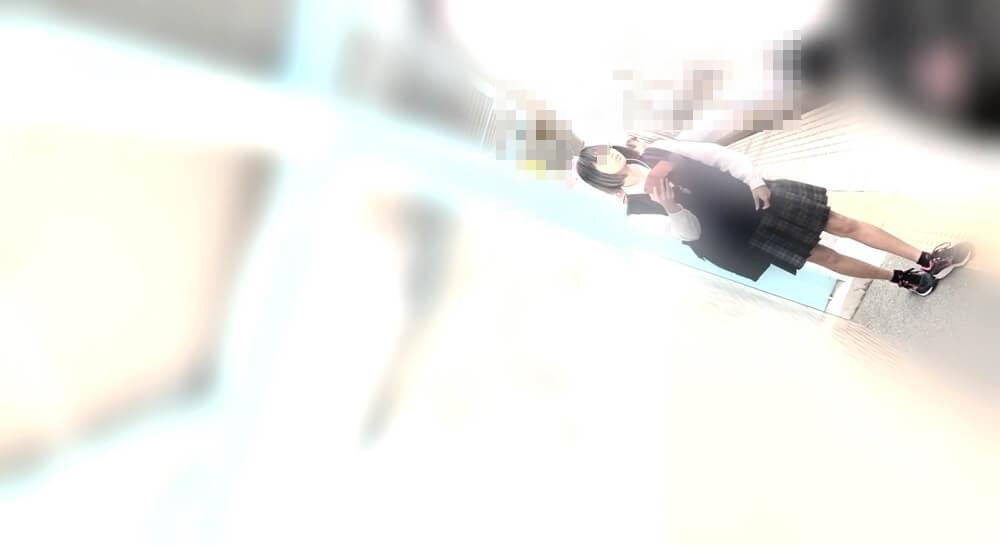 駅のホームを歩くJKを正面から映した画像
