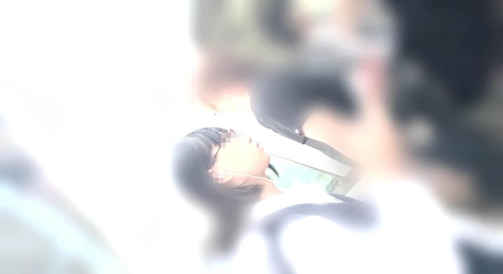 電車に乗るJKの横顔を映した画像