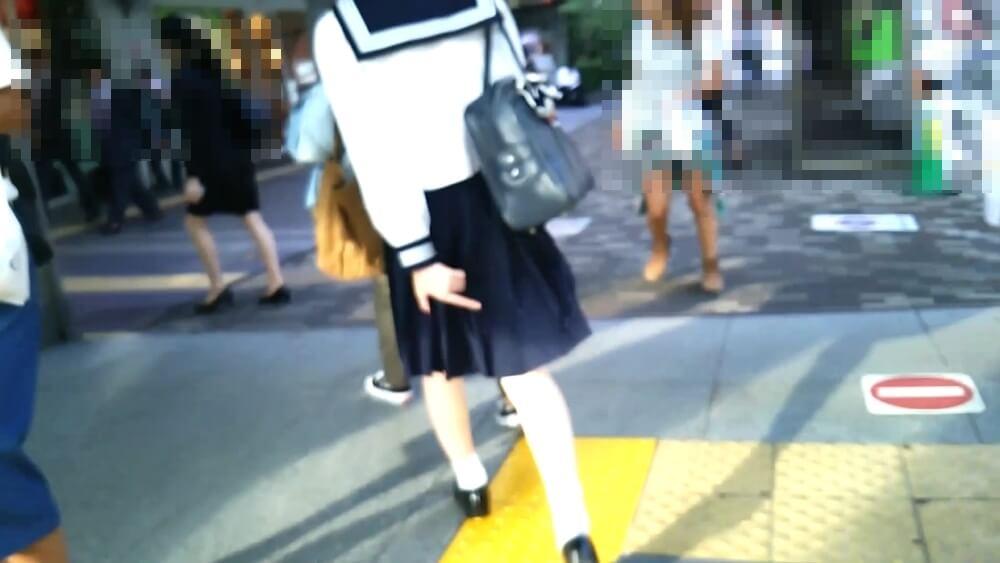 スカートを押さえながら歩く美少女JKの後ろ姿を映した画像