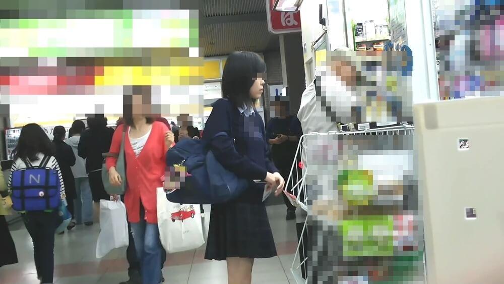3人目のスカートめくりターゲットのJKの姿を映した画像