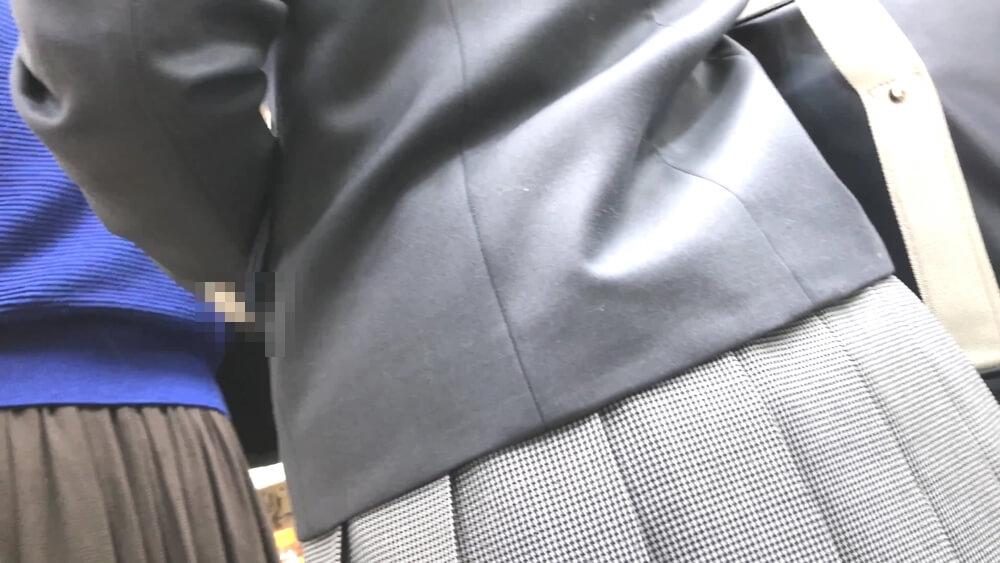 レジ待ちしているJKのスカートあたりを背後から映した画像