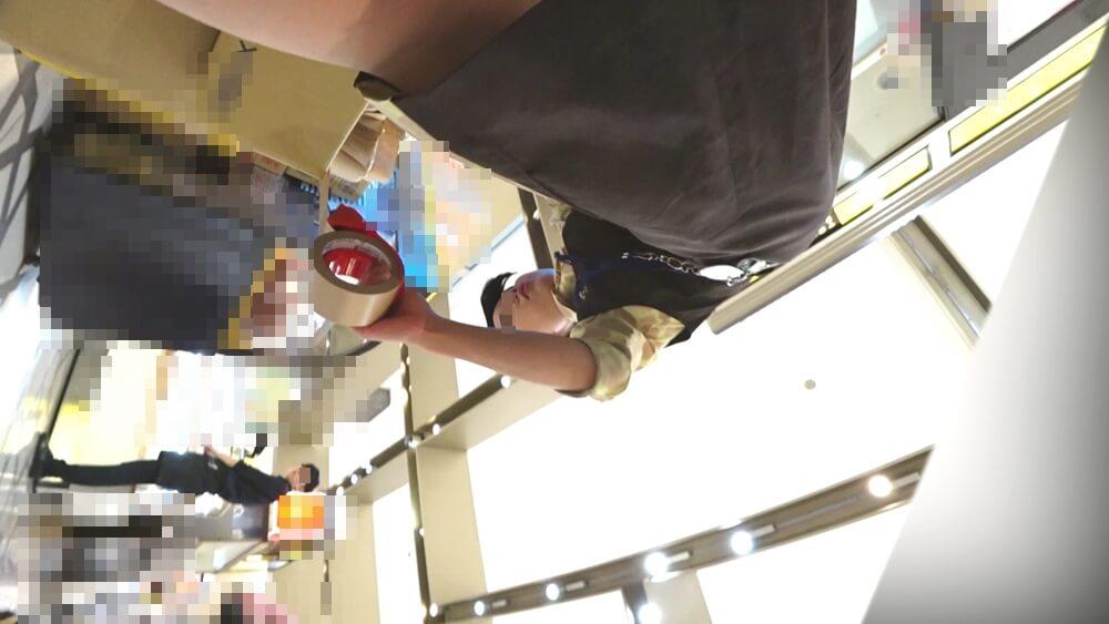店員さんのサイドから近づくパンチラえんじぇるさんのカメラ映像