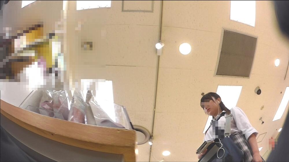 John Doeさんに逆さ撮りされる制服JKの上半身を映した画像