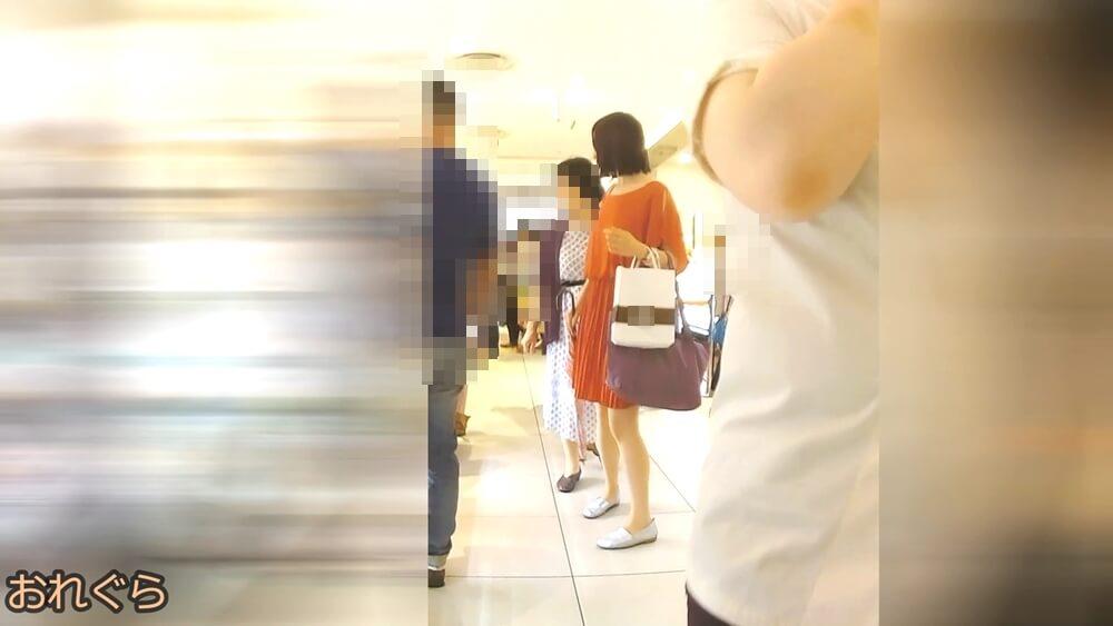 ひらひらワンピを着た女性の全身画像