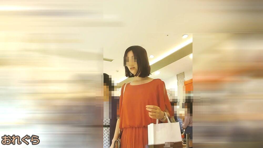 薄めで透明感のある女性の顔を映した画像